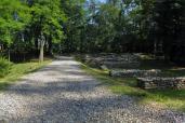 Castelseprio - Il viale di accesso al castrum (a sinistra le pile del ponte)
